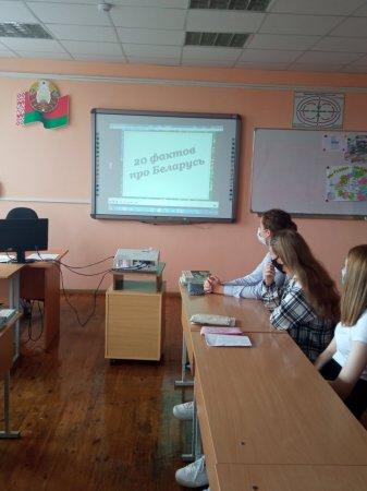 В рамках мероприятий ко Дню народного единства 11-классники приняли участие в оформлении тематического уголка и просмотре видеофильма и достижениях Беларуси