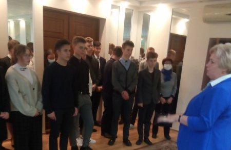 учащиеся 10-х классов посетили Зельвенский ЗАГС, где встретились с начальником отдела Агей Еленой Владимировной и нотариусом Данюк Натальей Викторовной,