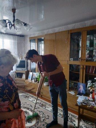Волонтеры 11 класса оказали людям пожилого возраста помощь в уборке квартиры и придомой территории
